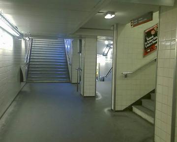 パリの地下鉄構内